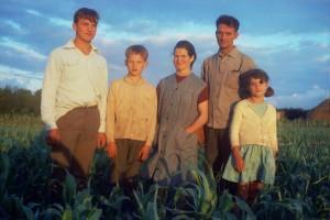 Familia labrega de Oroso nun campo de millo